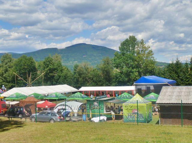 Podlesí - Moravské slavnosti v obci probíhaly na místním stadionu. V pozadí se vypíná Sviní hora nad Vojtíškovem