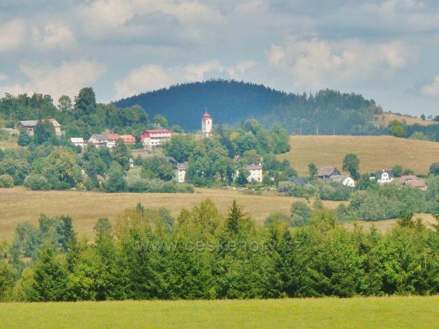 Podlesí - pohled z cesty na Malou Moravu na Vojtíškov s kostelem Narození Panny Marie