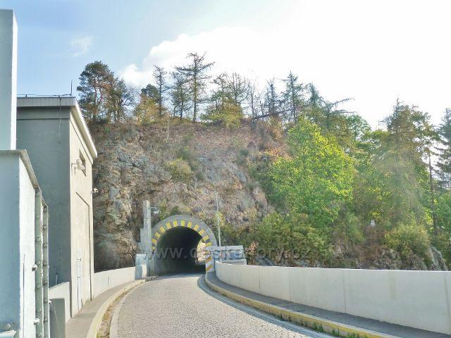 Přehrada Seč - koruna hráze s tunelem