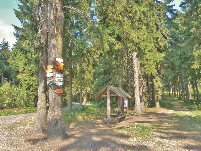 Suchý vrch - turistickýb rozcestník a přístřešek v sedle Hvězda, kde se spojuje trasa po zelené a červené TZ na Suchý vrch