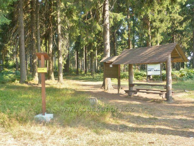 Suchý vrch - vedle turistického přístřešku v sedle Hvězda se zde nachází i Bod záchrany UO 008