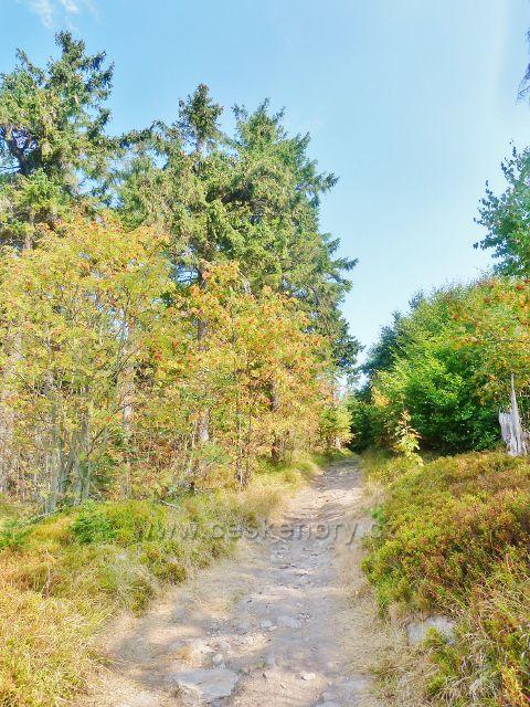 Suchý vrch - Jiráskova cesta po plochém vrcholu Suchého vrchu