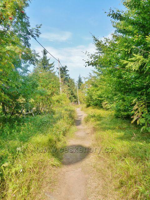Suchý vrch - cesta po červené TZ z vrcholu ke Kramářově chatě