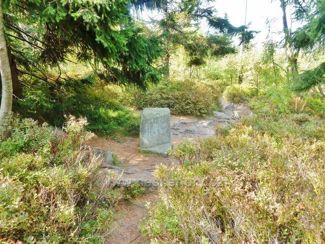 Suchý vrch - historický mezník z roku 1773  na trase po červené TZ od vrcholu ke Kramářově chatě