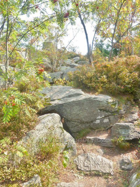 Suchý vrch - cesta po červené TZ z vrcholu ke Kramářovo chatě