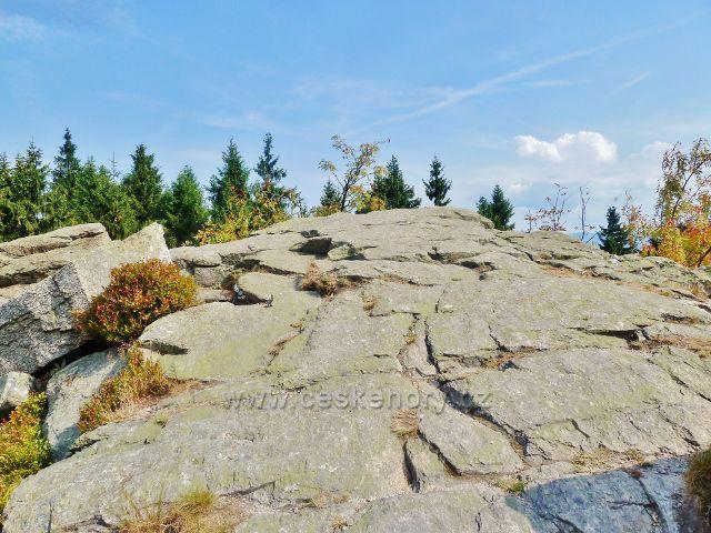Suchý vrch - místo dalekého rozhledu na mrazovém srubu nad Kramářovo chatou