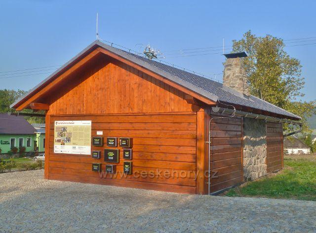 Šanov - v novém turistickém přístřešku je umístěno kartáčnické muzeum