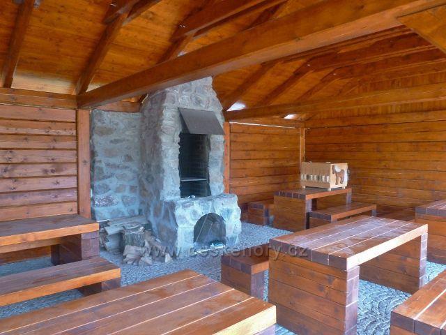 Šanov - interiér turistického přístřešku s expozicí o kartáčnictví