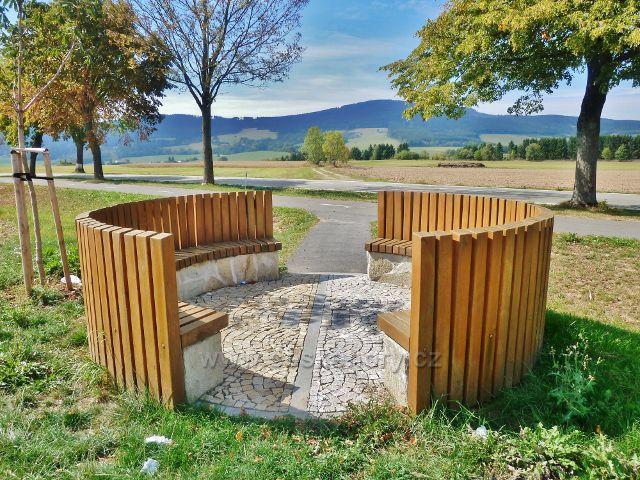 Šanov - odpočinkovým místem u cyklostezky z Králík do Červené vody prochází bývalá zemská hranice Čech a Moravy a současně rozvodí Labe - Dunaj. V pozadí je masiv Suchého vrchu