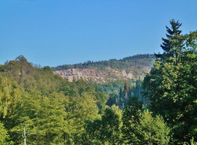 Litice - pohled na Hradní kopec a litický kamenolom