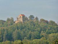 Brná - pohled z horní části obce na zříceninu hradu Potštejn
