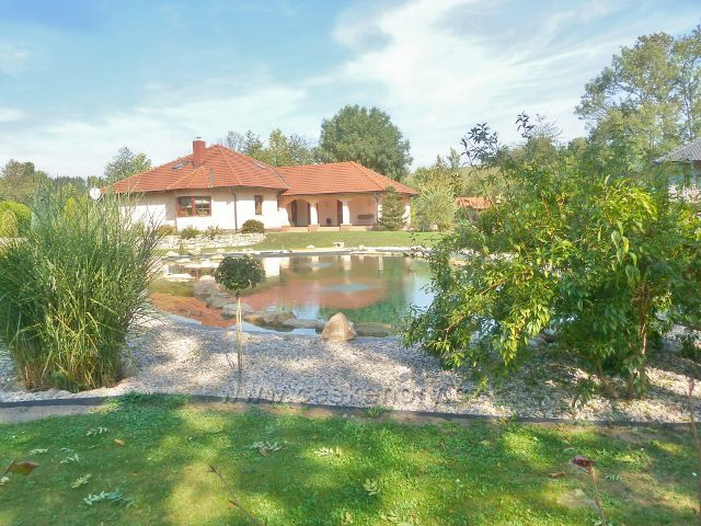 Záměl - nově postavený objekt s jezírkem a okrasnou zahradou