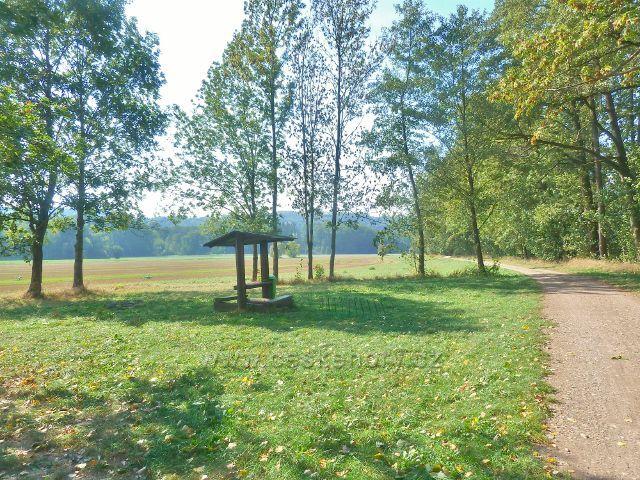 Záměl - turistický přístřešek Mníšek u cyklostezky a trasy po žluté TZ do Doudleb nad Orlicí