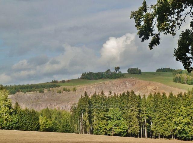 Jablonné nad Orlicí - pohled z Jiráskovy cesty do Bystříčka na horní patra kamenolomu na okraji Mistrovic