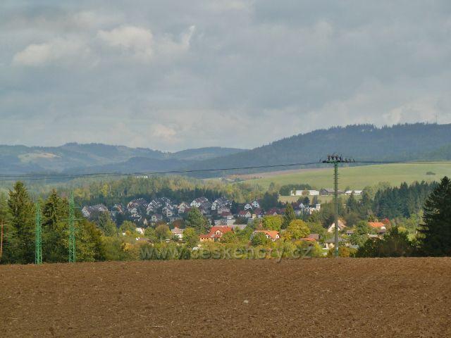 Bystřec -pohled z úbočí Cikánského kopce na řadovou výstavbu v Jablonném nad Orlicí.V pozadí jsou Sobkovice