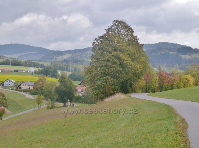 Bystřec - horní část obce s kapličkou, V pozadí Bukovohorská hornatina