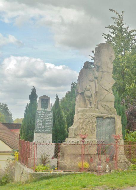 Bystřec - památník obětem I.Světové války(vpravo) a II.Světové války(vlevo)