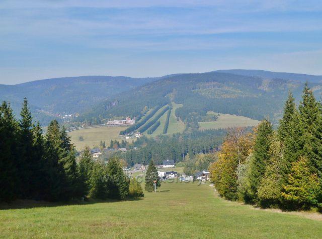 Pohled z ramzovské sjezdovky na protilehlé vrcholky rychlebských hor - Klín(983 m.n.m.), Liščí horu(1007 m.n.m.)a  vrcholek Smrku(1127 m.n.m.)