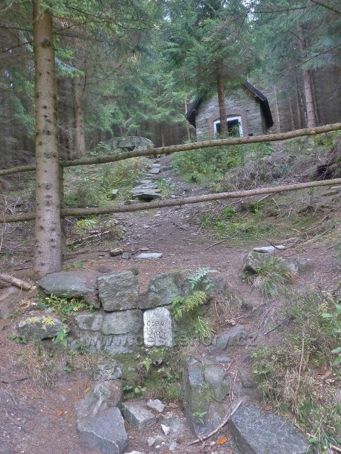 Ostružná - pramen Dobré vody u cesty po červené TZ na Čerňavu