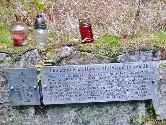 Ostružná - pamětní deska HS okrsku Šerák u pramene Dobré vody a kapličky