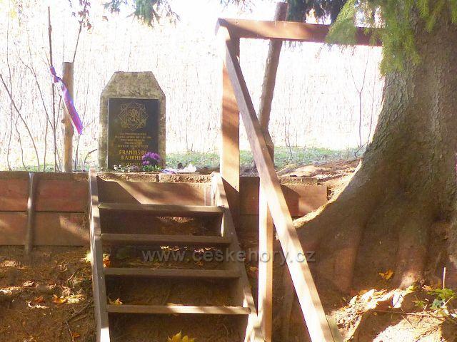 Petrovičky - památník tragické smrti Františka Kabrhela v roce 1946