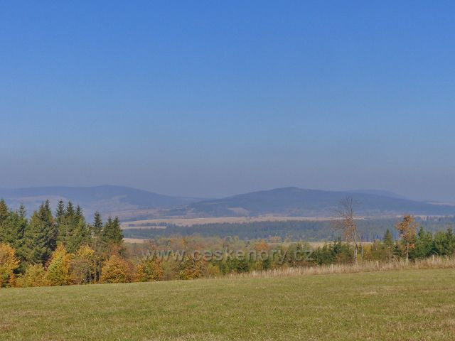 Petrovičky - pohled z hřebenovky nad Kašparovo chatou k Bystřickým horám