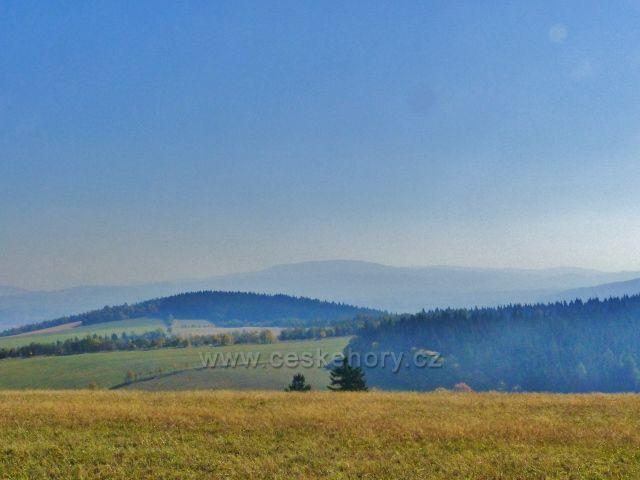 Pohled od hřebenovky  nad Kašparovo chatou na Přední a Zadní hraniční vrch v Mladkovské vrchovině