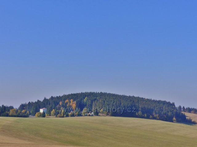 Petrovičky - pohled z hřebenové cesty od Kašparovy chaty na vrch Adam (765 m.n.m.)