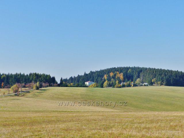 Petrovičky - pohled z hřebenovky nad Kašparovo chatou k vrchu Adam (765 m.n.m.)