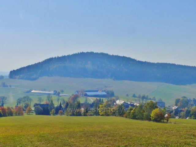 Vlčkovice - pohled z Kostelního vrchu na horní část obce a vrch Studený(721 m.n.m.)