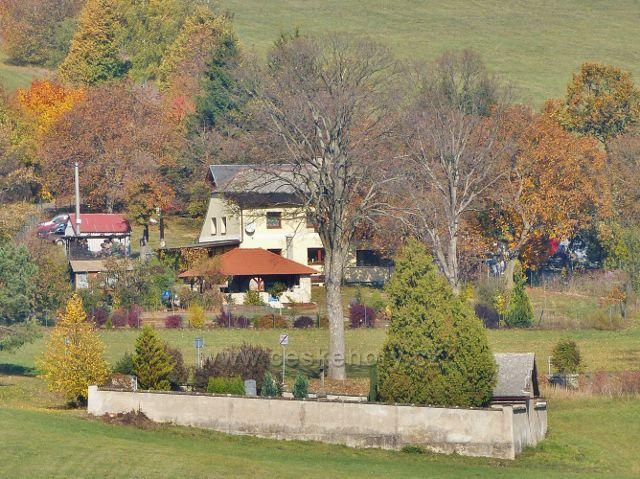 Vlčkovice - pohled z úpatí Studeného na hřbitůvek v horní části obce