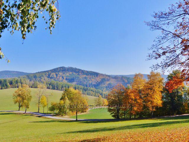 Těchonín - odbočka silničky do Těchonína ze silnice od Studeného do Celného. V pozadí vrch Hejnov nad Těchonínem