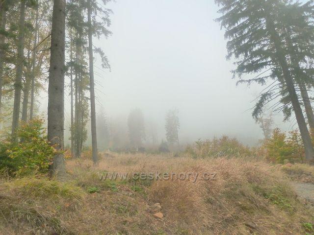 Lichkov - mlha se převaluje po úbočí vrchu Vysoký kámen