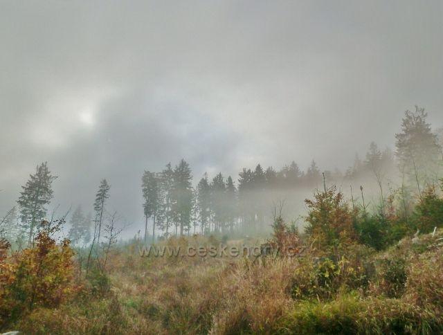 Lichkov - slunce proráží mlhu nad Vysokým kamenem