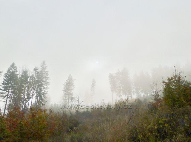 Lichkov - po úbočí Vysokého kamene se převaluje mlha