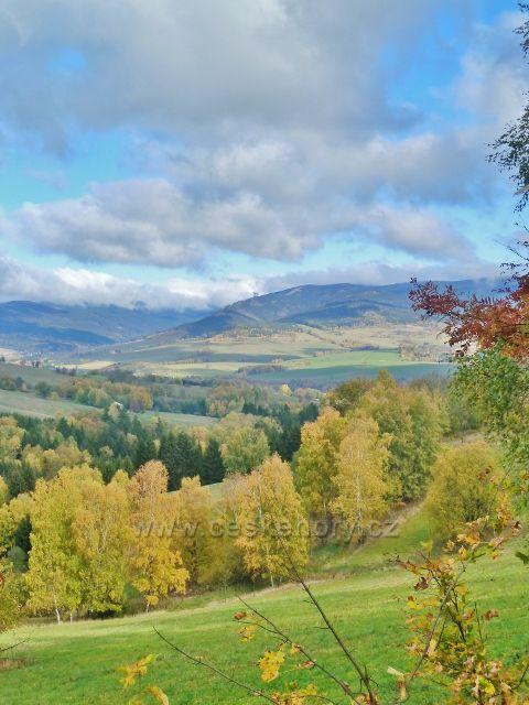 Zlatý Potok - pohled na vrch Slamník(1233 m.n.m.) se Stezkou v oblacích na jeho úbočí
