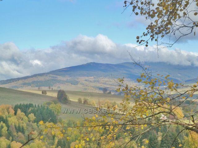 Zlatý Potok - pohled na vrch Klepý (1144 m.n.m.) se stejnojmennou rozhlednou