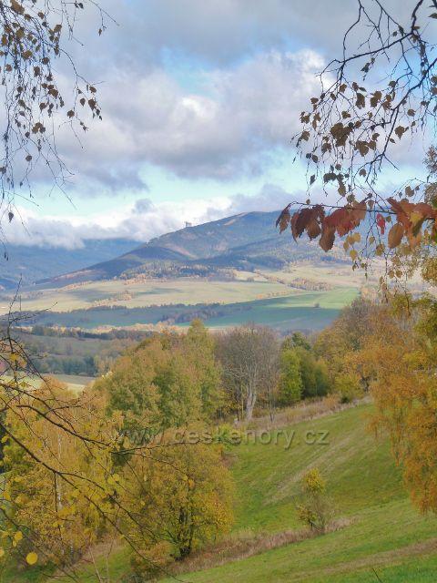 Zlatý Potok - pohled na Stezku v oblacích na úbočí vrchu Slamník (1233 m.n.m.)