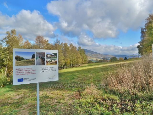Zlatý Potok - pohled na pastvinu nad staveništěm biofaemy