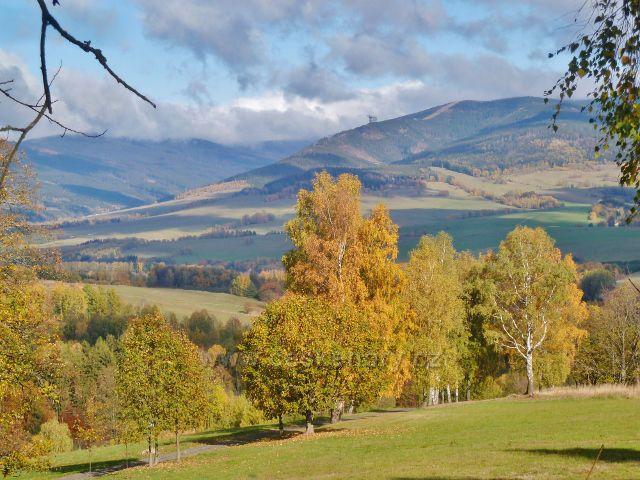 Zlatý Potok - podzim nad Zlatým potokem. V pozadí okraj masivu Králického Sněžníku
