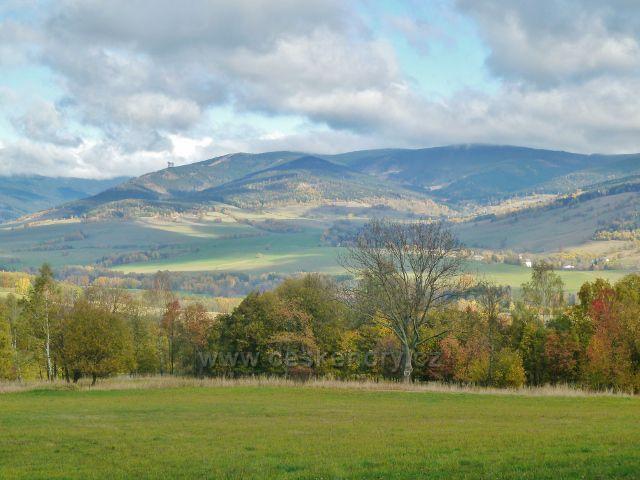 Zlatý Potok - pohled do údolí Malé Moravy a část vrcholů masivu Králického Sněžníku(Chlum,Slamník,Babuše, Souš)