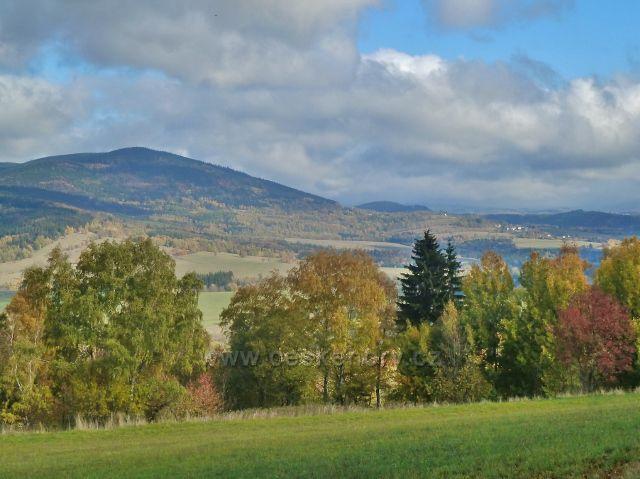Zlatý Potok - pohled na Sviní horu (1074 m.n.m.) a Vojtíškov