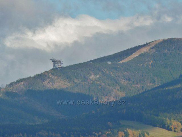 Zlatý Potok - pohled na sjezdovku na vrchu Slamník  a Stezku v oblacích na jeho úbočí
