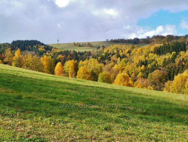 Zlatý Potok - pohled k rozhledně na vrchu Val