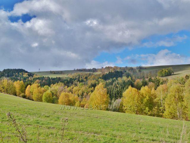 Zlatý Potok - pohled k rozhledně Val na stejnojmenném vrchu