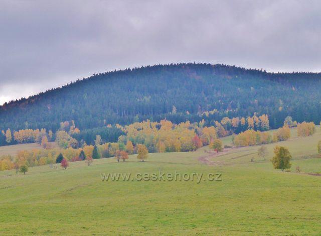 Vysoký Potok - pohled k vrchu Jeřáb (1003 m.n.m.), nejvyššímu vrcholu Hanušovické  vrchoviny
