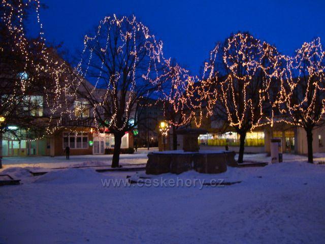 Vánoční Jirkoské náměstí s kašnou.