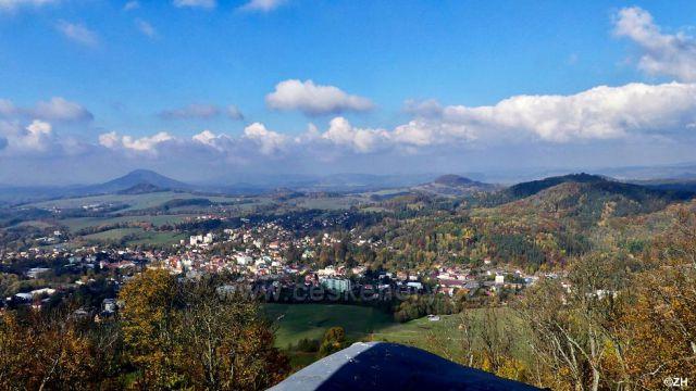 Ze Zámeckého vrchu - Růžový vrch, pod ním Strážiště, vpravo Větrný vrch