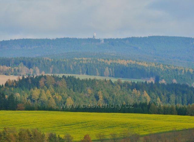 Pohled z Cikánského kopce k rozhledně na Suchém vrchu