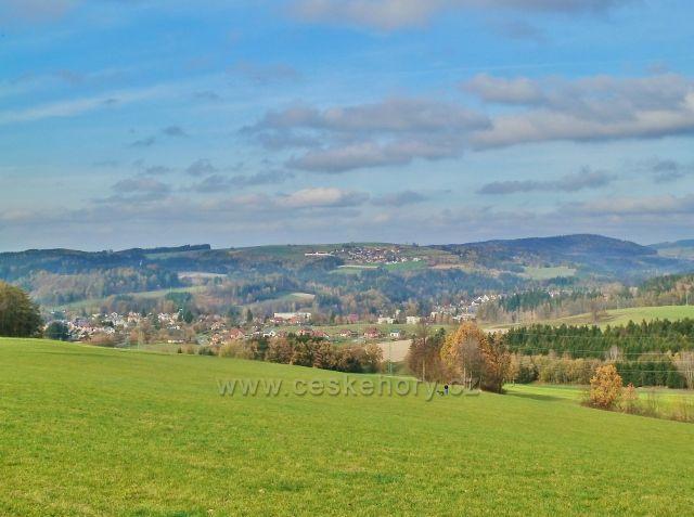 Pohled z Cikánského kopce k Jablonnému nad Orlicí a obec Sobkovice nad ním